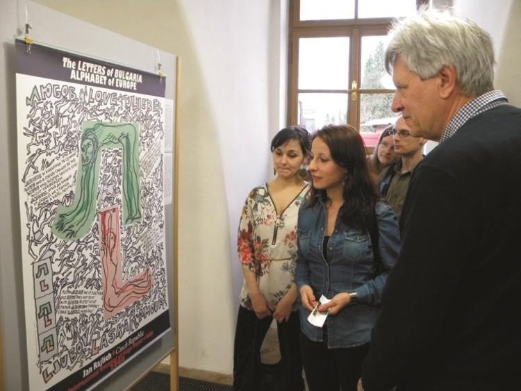 Na snímku plakát Jana Rajlicha ml. na výstavě bulharské abecedy v Galerii města Padubice