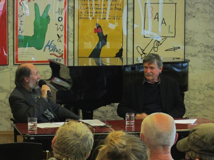 Dušan Junek (vlevo) hovoří na besedě s prof. Karlem Míškem, žákem Tomaszewského
