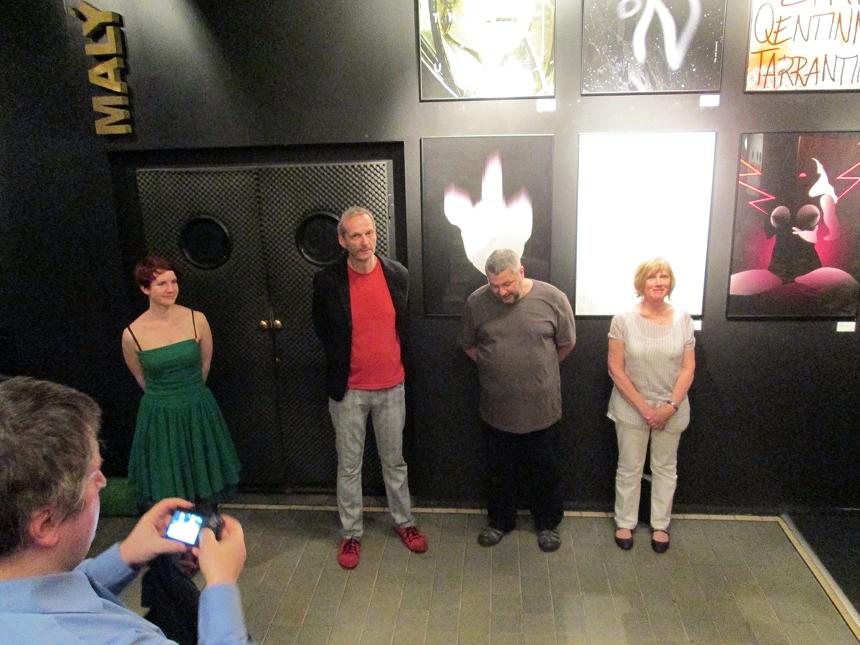 Vernisáže výstavy plakátů ve Světozoru se účastnil rovněž živý katalog všech aktuálních pražských výstav Martin Fryč (vlevo). Výstavu zahájili její strůjci (zleva): Michaela Labudová, Pavel Beneš, Pavel Rajčan a Ditta Jiřičková. (Foto František Borovec)