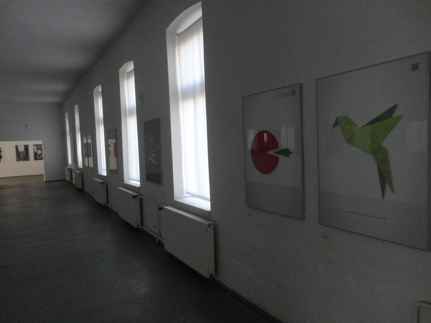 Záber s plagátmi Andreja Haščáka