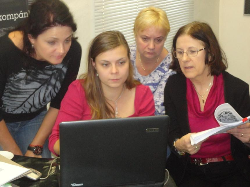 Predsedníčka poroty a kurátorka Trienále '14 Dana Doricová (vpravo) diktuje výsledky usporidateľkám zo SNP Malá Fatra