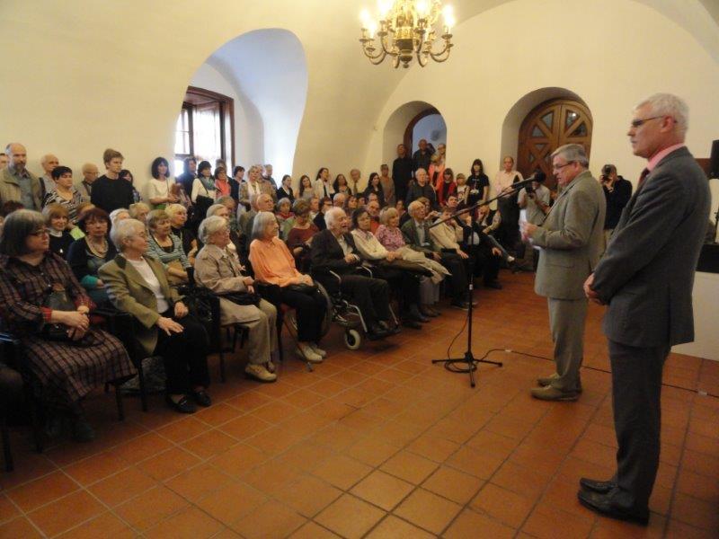 Vernisáž Jiřího Šindlera (v první řadě uprostřed) na Špilberku uvedli kurátor Ivo Binder a ředitel MMB Pavel Cyprián