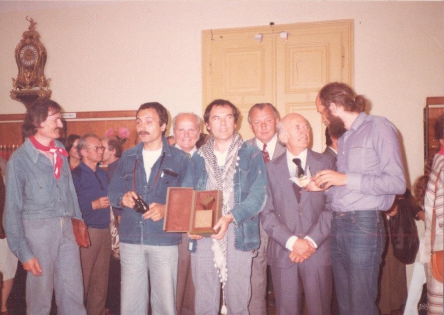 Pierre Bernard (uprostřed) přebírá se skupinou Grapus Velkou cenu Bienále Brno 1978