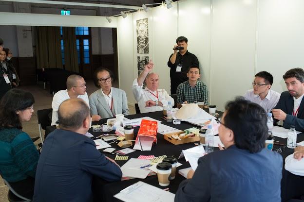Jednání mezinárodní jury v kategorii Visual design: Shigeo Okamoto, uprostřed Niklaus Troxler, úplně vpravo Andrej Haščák...