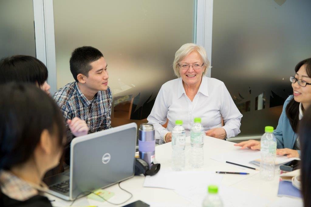 PhDr. Vlasta Brímová se studenty při workshopu v rámci TISDC, listopad 2015