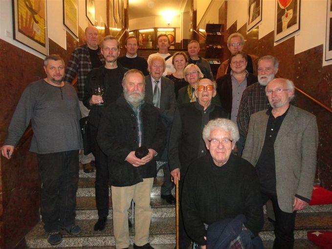 S kolegou a přítelem Miroslavem Kudrnou (uprostřed s kravatou) se kolegové grafici SBB setkali naposledy na vernisáži Jana Rajlicha st. v kině Světozor v Praze 20. 11. 2012