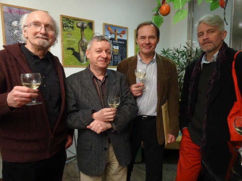 Zleva členové SBB Jan Rajlich, Karel Aubrecht, Jan Schicker a s nimi pražský výtvarník a pedagog Marek Dobeš